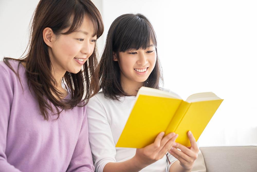 一緒に勉強する親子